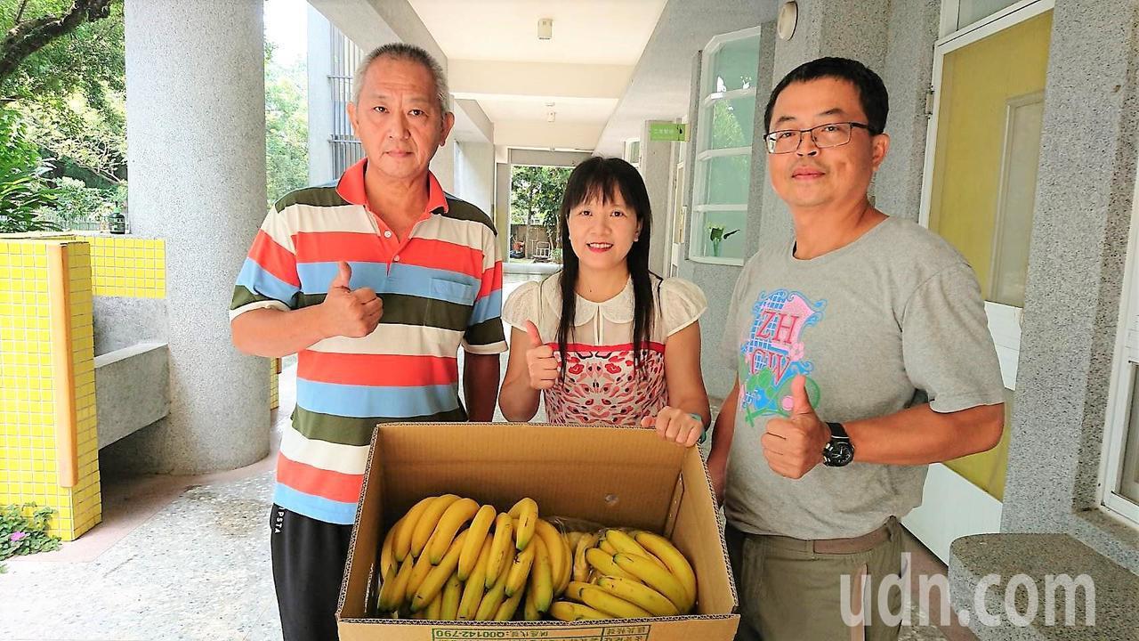 劉椿富(左起)昨天送2大箱有機香蕉到頂六國小,校長吳淑茹、總務主任林勝漢,昨天代...