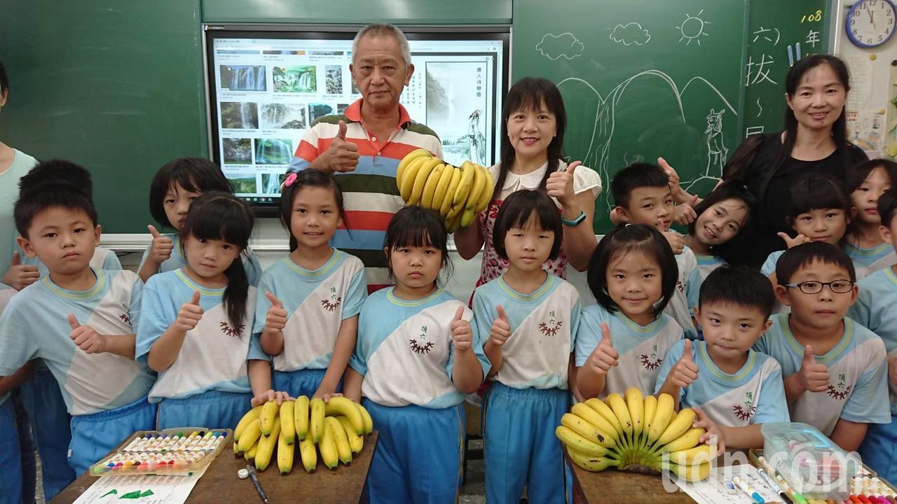 劉椿富昨天到中埔頂六國小,分發香蕉給用餐學童,小朋友們開心的說「謝謝阿伯送好吃的...