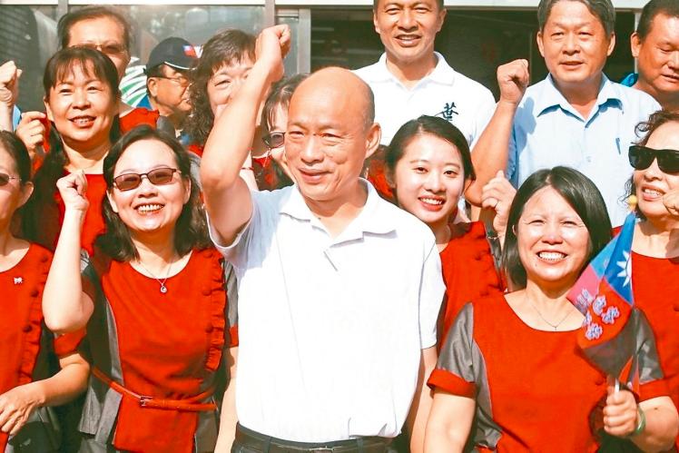 民黨總統參選人韓國瑜(中)拜訪小琉球,受到支持者歡迎。 記者劉學聖/攝影