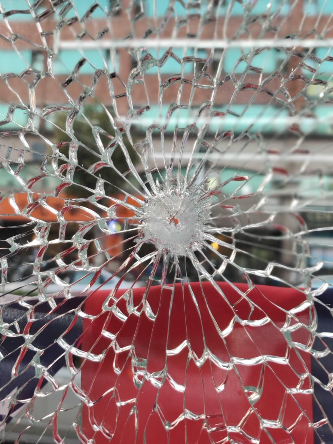 中壢議員劉安棋服務處玻璃牆,遭空氣槍擊碎,且留下彈孔。圖/劉安祺服務處提供