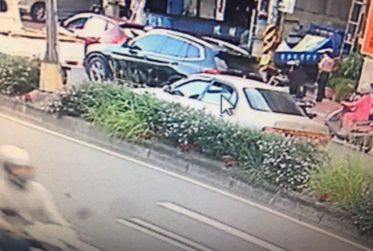 犯嫌搖下車窗,並向議員劉安祺服務處擊發。記者高宇震/翻攝