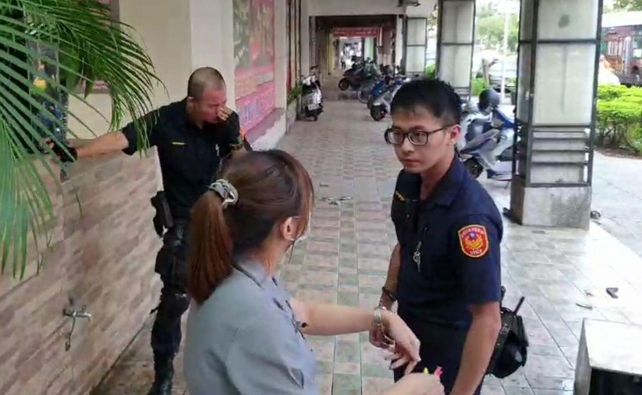 警方詢問店家時,1名員警(左)因遭辣椒水回噴,仍然相當痛苦。記者林保光/翻攝