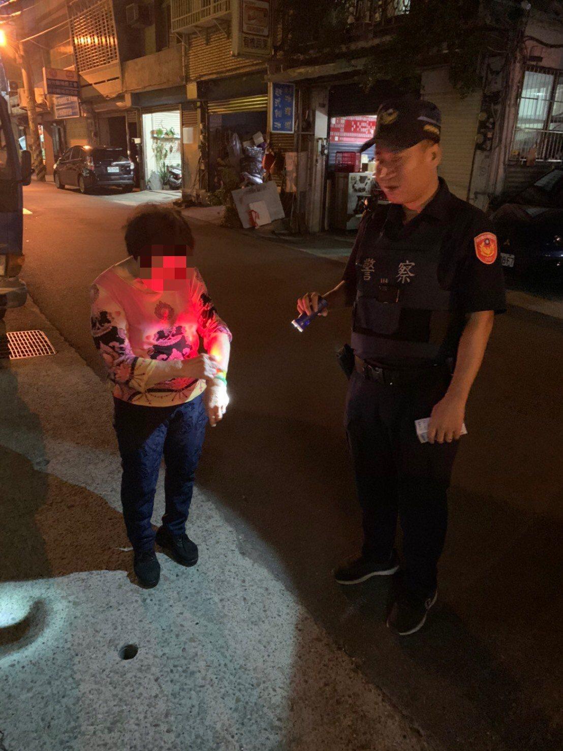 新竹縣竹北警分局準備了1000份夜間腳踏車燈等反光安全裝備,由派出所員警巡邏時發...