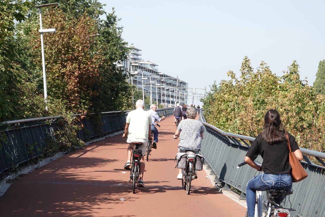 歐洲綠色首都奈梅亨所建造的腳踏車高速公路,連接到附近地區,使用此高速公路的通勤時...