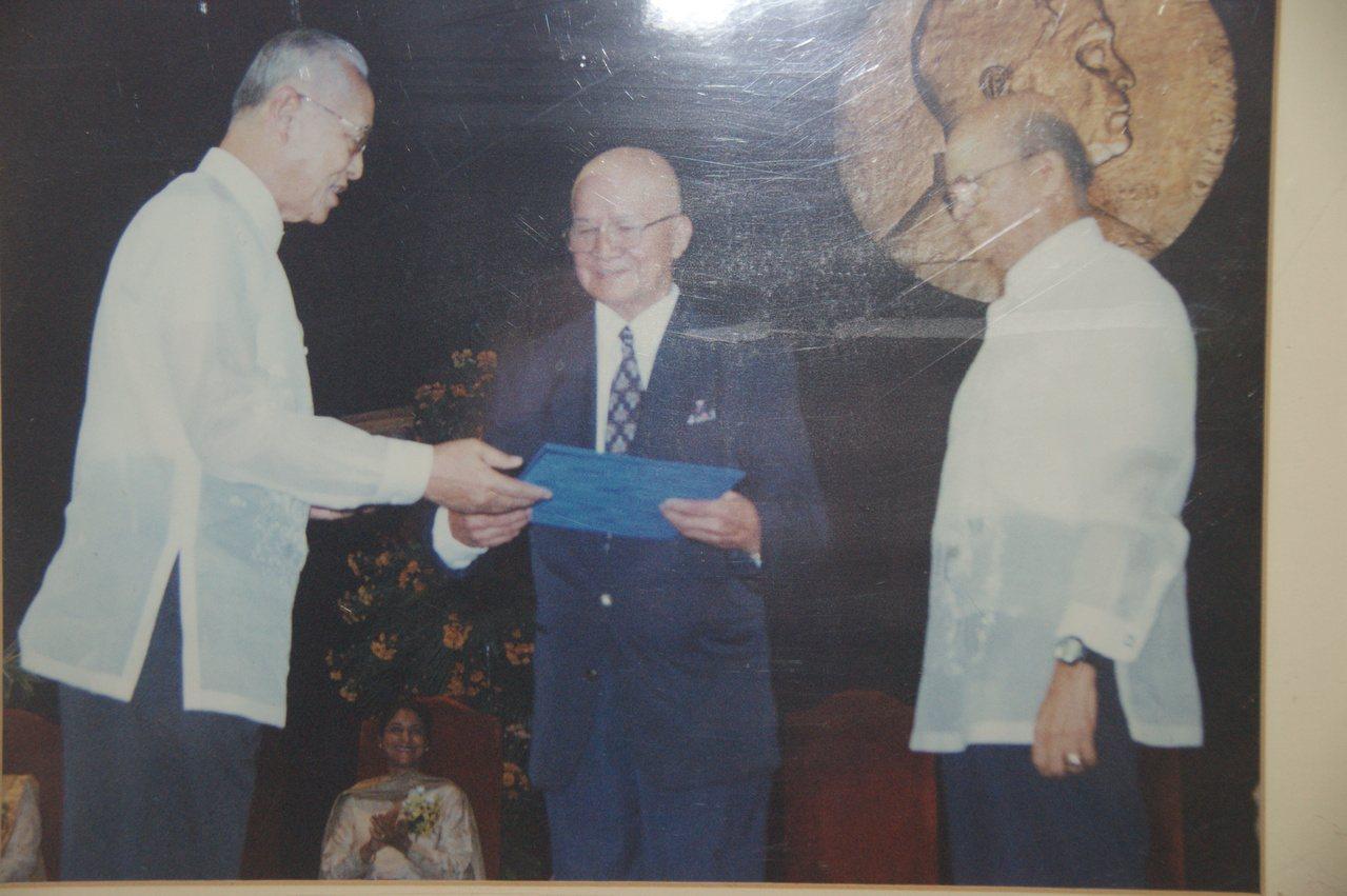 行善團創辦人何明德(中)84年獲菲律賓麥格塞塞獎項的「社區領袖獎」,領完獎,馬上...