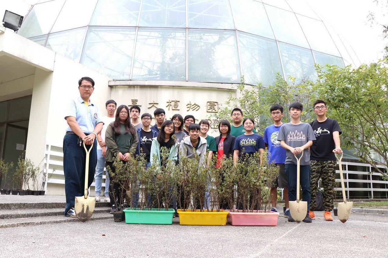 嘉大森林學系林瑞進老師(左1)帶領學生將新北市政府贈送的百株烏來杜鵑,種在嘉大植...