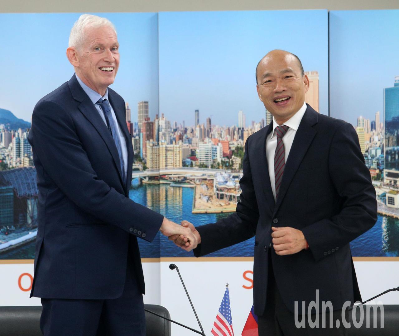 高雄市長韓國瑜(右)請假投入總統大選,今天為了與美國在台協會主席莫健(左)會面,...