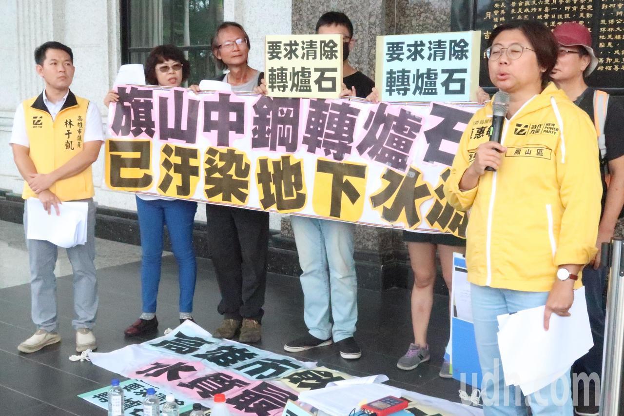 台灣水資源保育聯盟等環團在高雄市議會前,抗議高雄飲用水水質差,地下水源遭汙染。記...