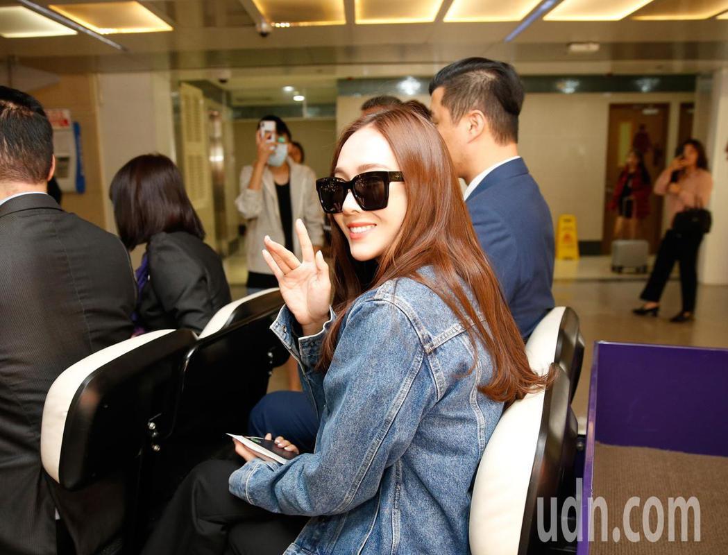 韓星潔西卡上午搭機抵台,她親切地向粉絲及媒體揮手致意。記者鄭超文/攝影