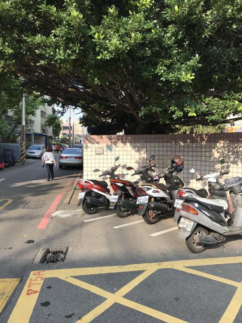 新竹市載熙國小四周馬路環繞,過去缺乏人行空間,只要尖峰時刻就會出現車輛並排。記者...