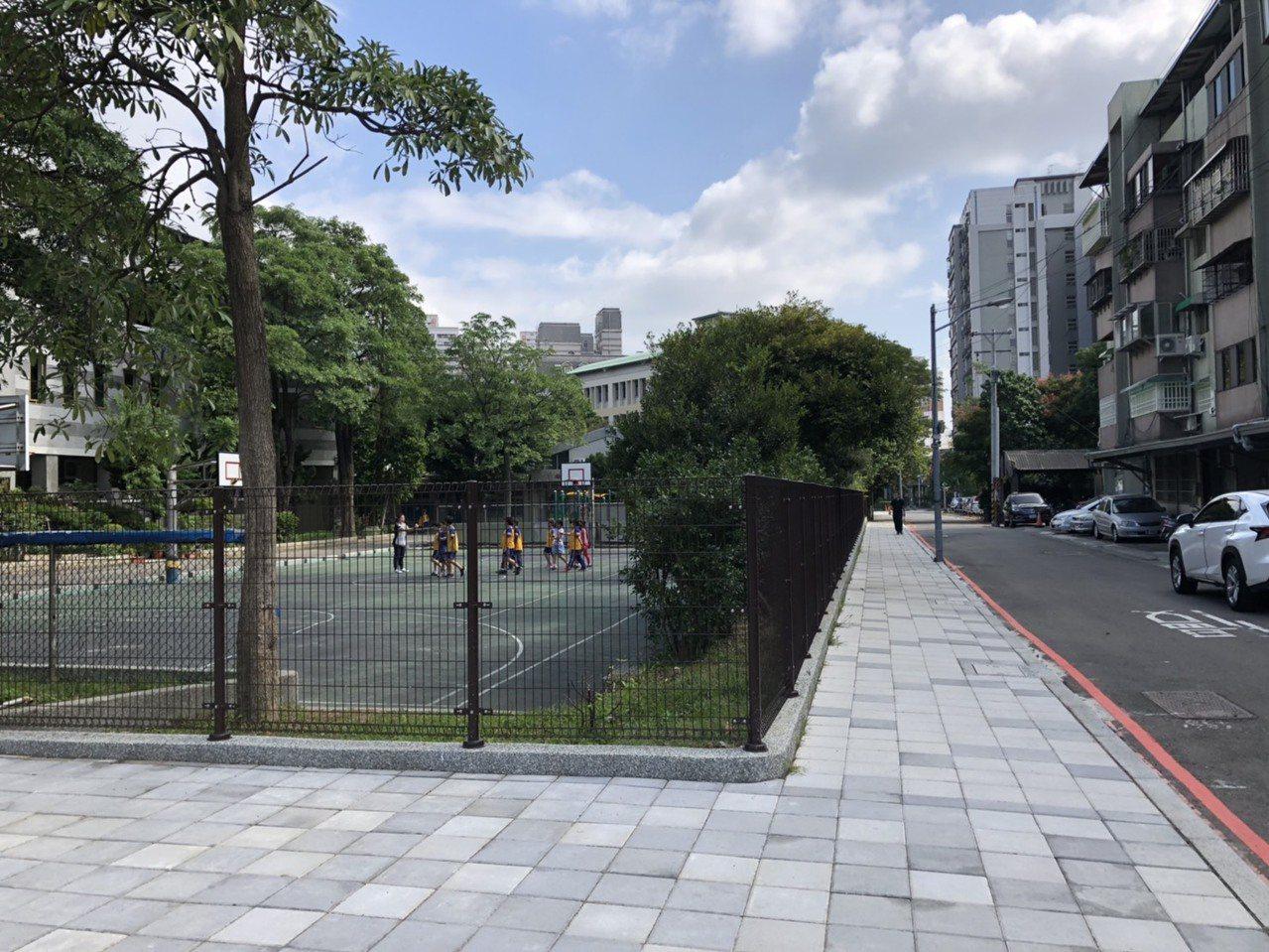 新竹市府投入684萬元預算,配合學校退縮讓地,將校園圍牆拆除改為穿透式圍籬,並打...