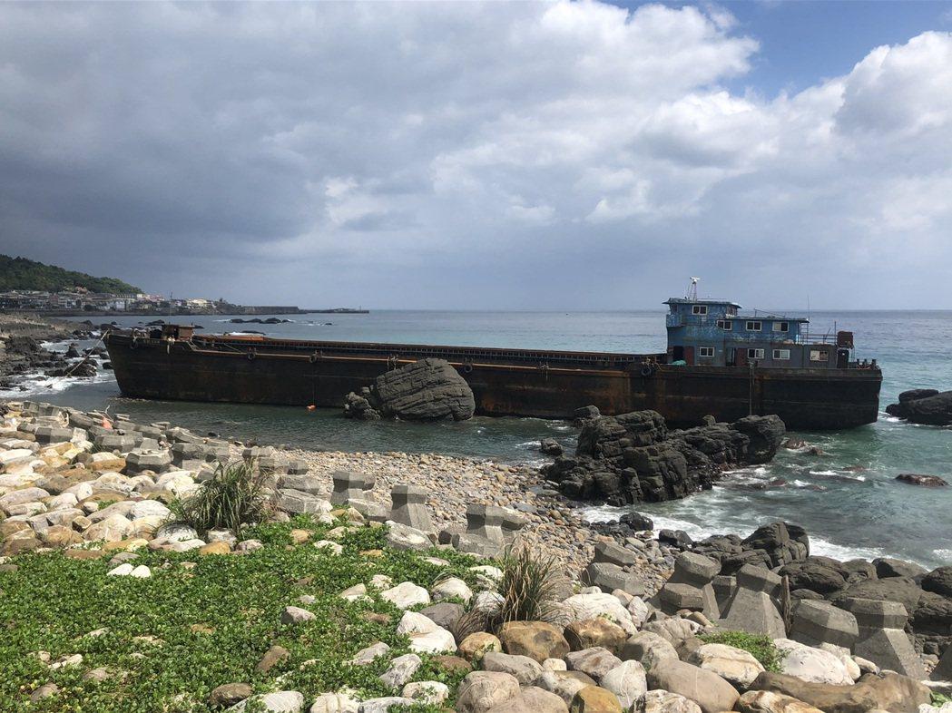 「幽靈船」漂流到宜蘭縣頭城鎮大溪火車站前方海邊礁區擱淺,將就地解體。圖/頭城鎮大...
