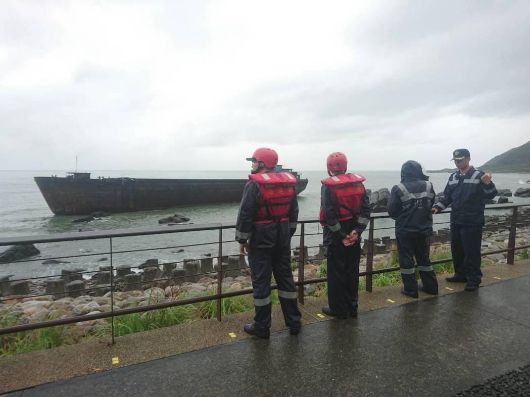 「幽靈船」漂流到宜蘭縣頭城鎮大溪火車站前方海邊礁區擱淺。資料照片/記者羅建旺攝影