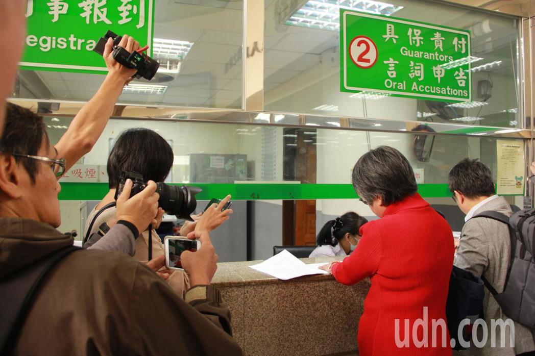 媒體人黃光芹(紅衣者)與前立委賴坤成(右一)今天到新北地檢署按鈴申告,控訴國民黨...