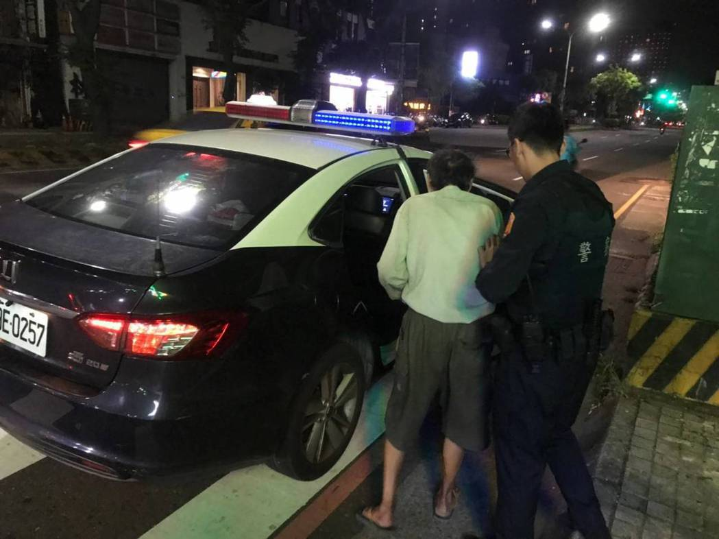 老翁竟為了一個包子徒步走了20公里,最後體力不支在路邊癱坐,所幸員警巡邏經過發現...