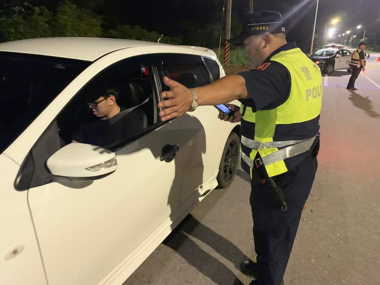 金門警方抓「黑牌」車,近期在各路口加強攔查。圖/金門警方提供