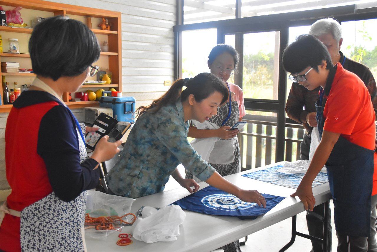 宜蘭縣三星鄉公所今天就在紀元農場舉辦2場藍染教學活動,聘請宜蘭染工坊發展協會講師...
