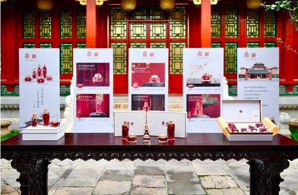 北京故宮博物院推出「故宮紫檀護膚品」,再度引發話題。(中妝網)