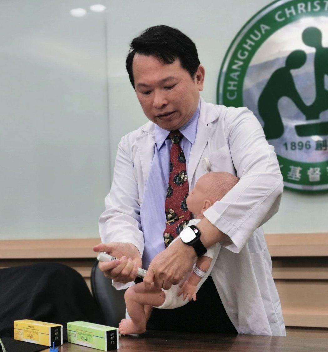 彰化基督教兒童醫院兒童過敏免疫科主任蔡易晉示範對於過敏性休克的嬰兒,以腎上腺素自...