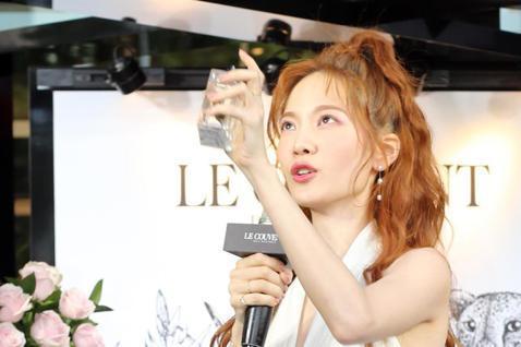 法國香水品牌Le Couvent des Minimes進駐台灣,今天在新光三越A8開幕,邀請藝人曾之喬擔任代言,剛從時裝週回來的曾之喬,也示範自己在家如何在身上噴自然不濃郁的香水味。