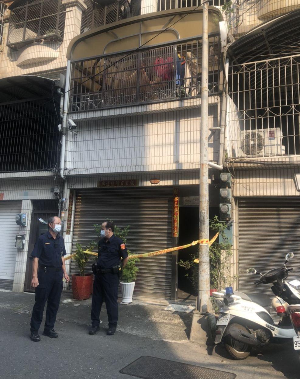 李姓男子涉嫌刺殺母親,警方在他家前拉起封鎖線。記者林保光/翻攝