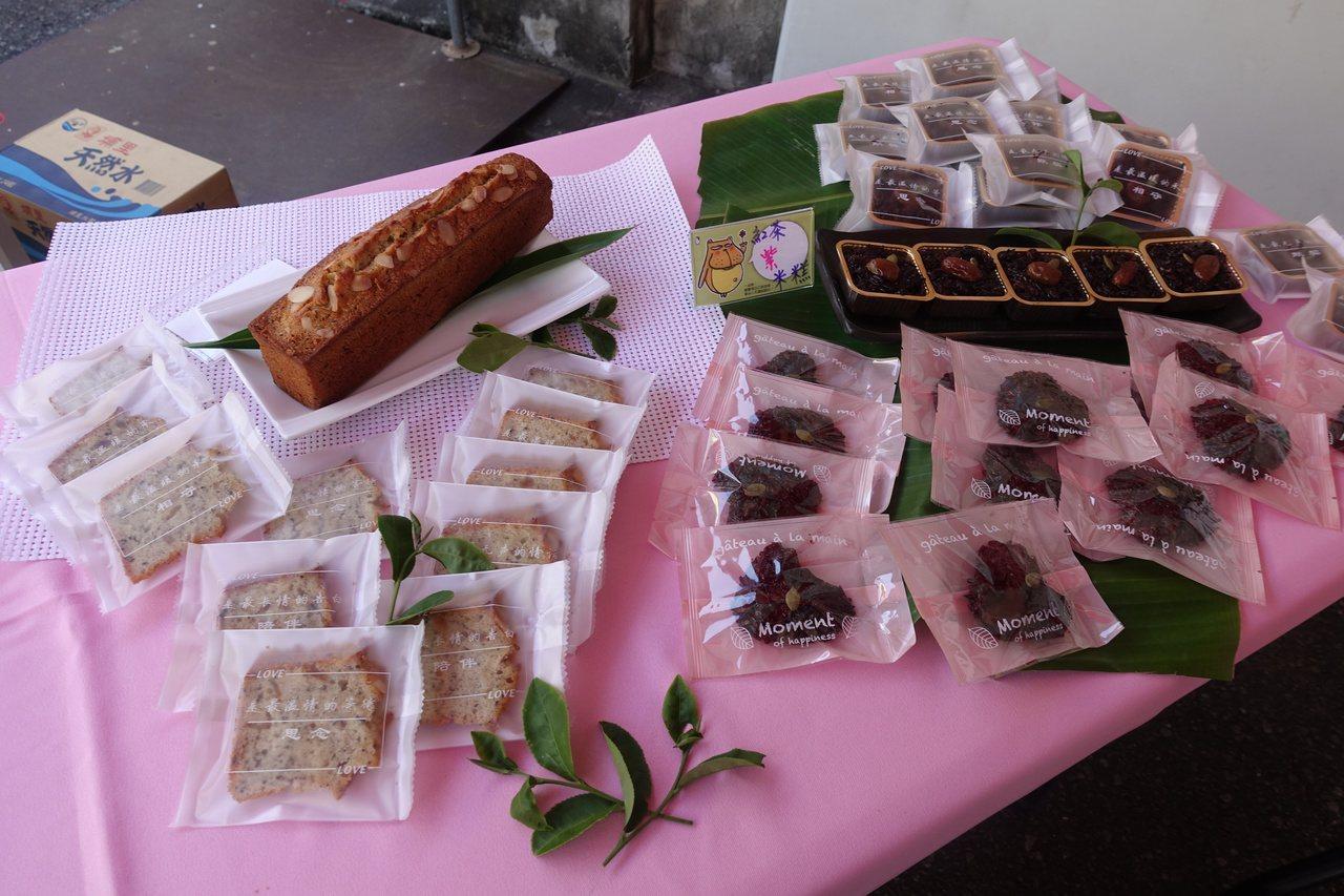 今天揭牌儀式,現場展示結合紅茶製作的多元產品開發,紅茶蛋糕、紅茶紫米糕。記者劉星...