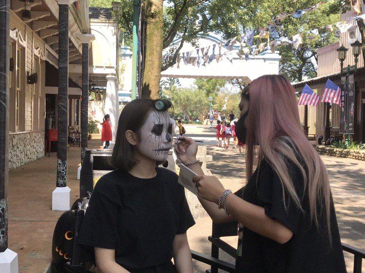 萬聖搗蛋入境隨俗,遊客熱情響應臉部變妝。圖/六福村主題遊樂園提供