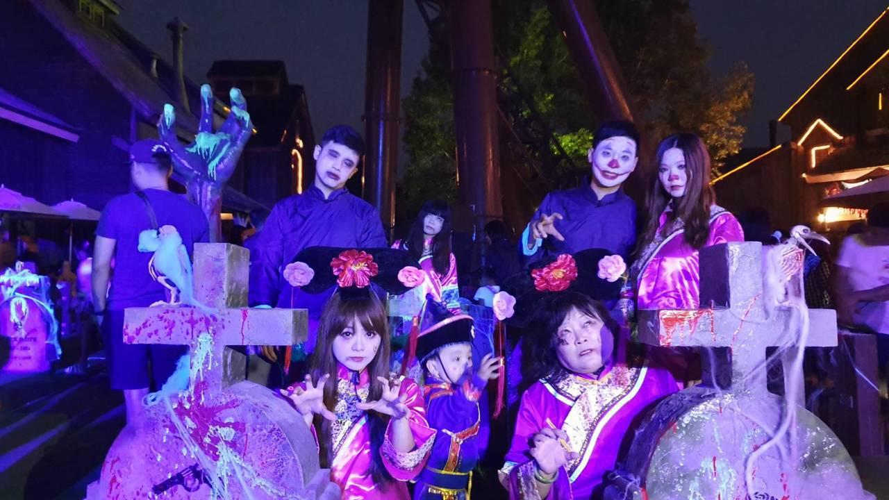 遊客自行妝扮搞鬼同樂,六福村40周年萬聖「變妝主題日」,祭門票買一送一優惠。圖/...