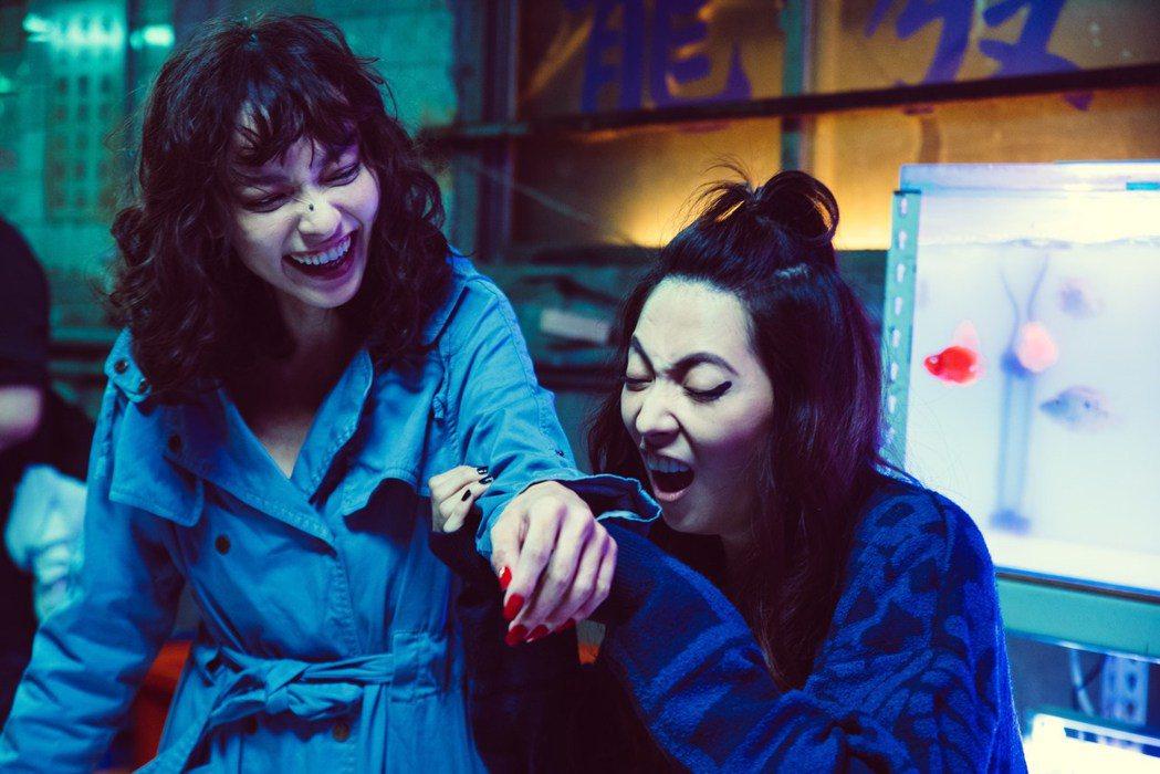 阿喜(右)、姚以緹(左)在「江湖無難事」互動精彩。圖/華映提供