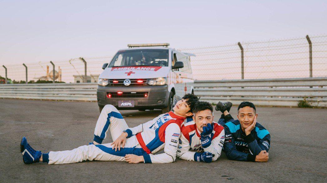 曹佑寧(左起)、范逸臣以及高英軒在「叱咤風雲」片場感情超好。圖/創映電影、量能影...