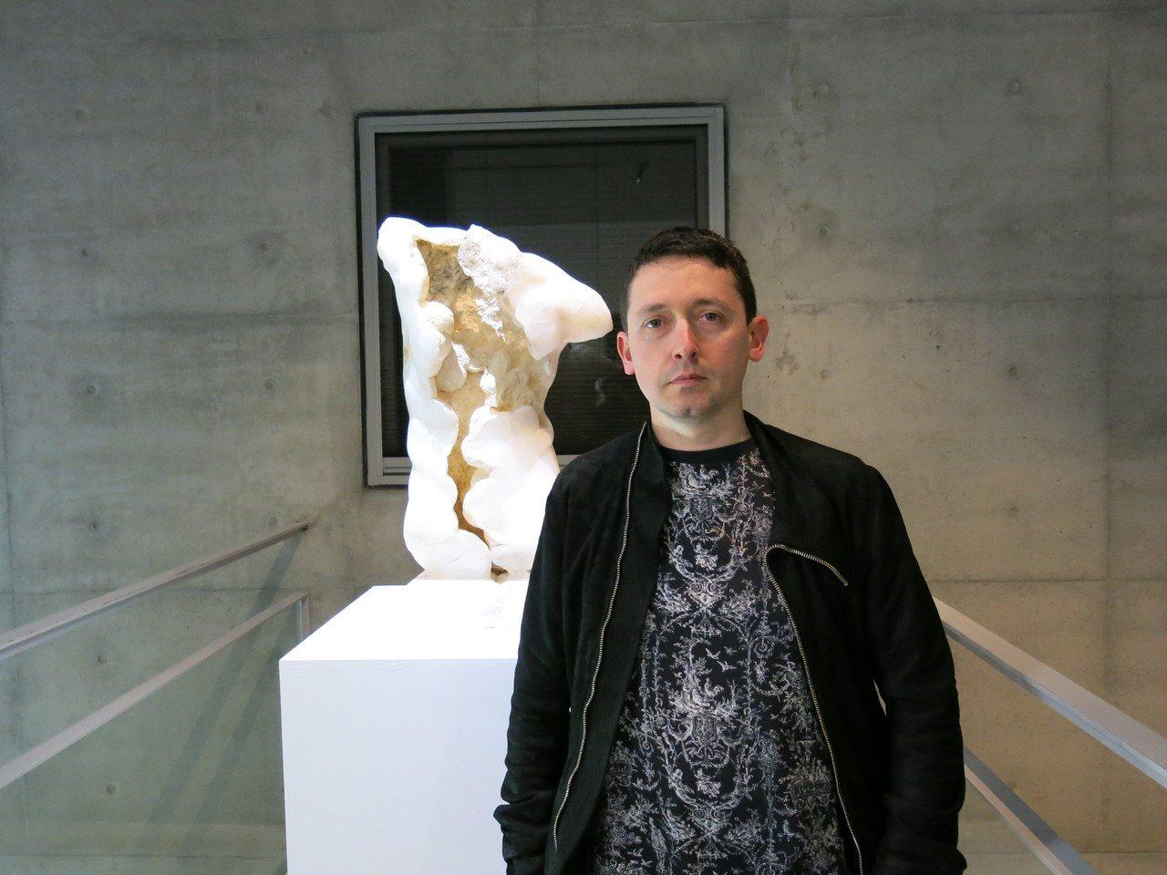 義大利當代寫實藝術家尼古拉.薩莫利在毓繡美術館邀請下,明天舉行《食人之道》從藝術...