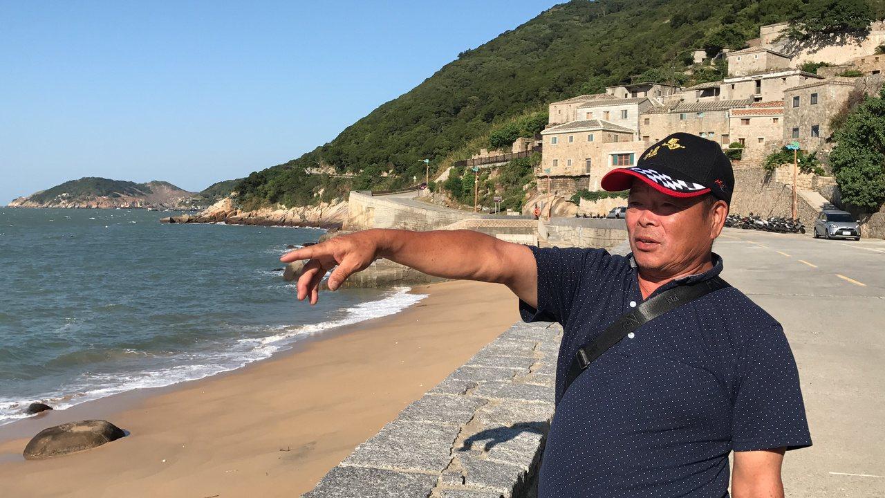 老兵黃景山,示範以前如何驅趕違法撿海瓜子的百姓,時光仿佛倒流。記者吳淑君/攝影