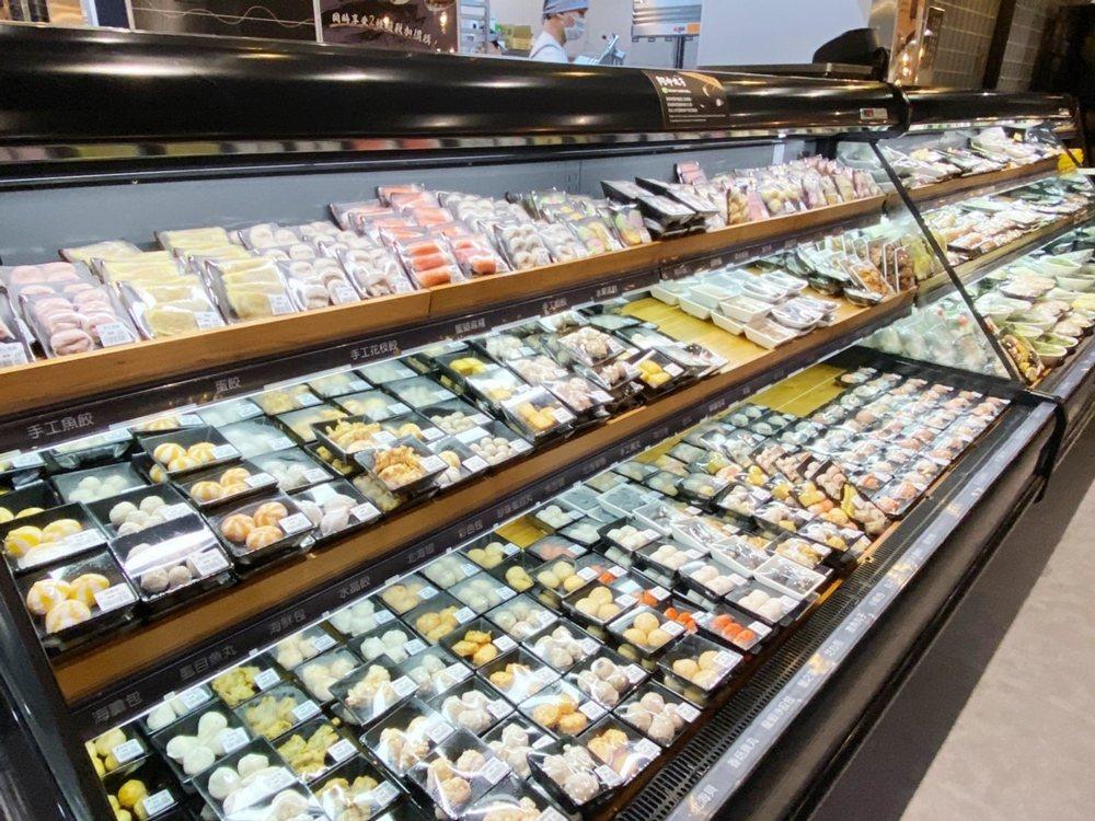 環球中和的「祥富水產沙茶火鍋超市」二代店提供160多種食材。圖/環球購物中心提供