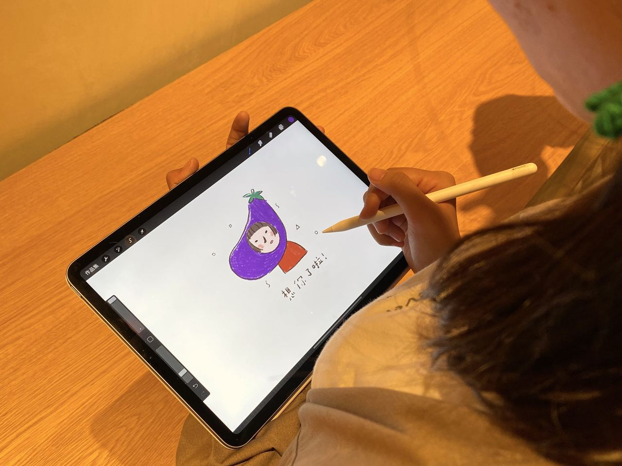 蘋果邀請圖文創作者咻咻熊合作開課,參加者可跟著咻咻熊輕鬆創作出獨一無二的暖心問候...