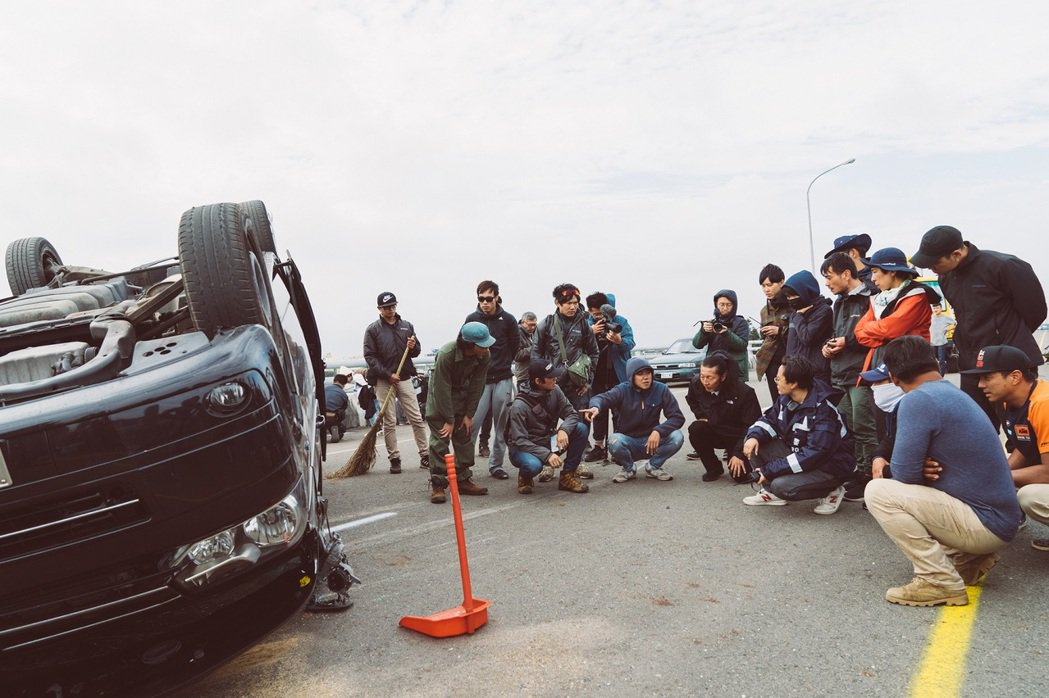 「罪夢者」封路拍翻車場面,整台車失控噴飛數十公尺,玻璃撞到全毀,視覺效果相當驚人...