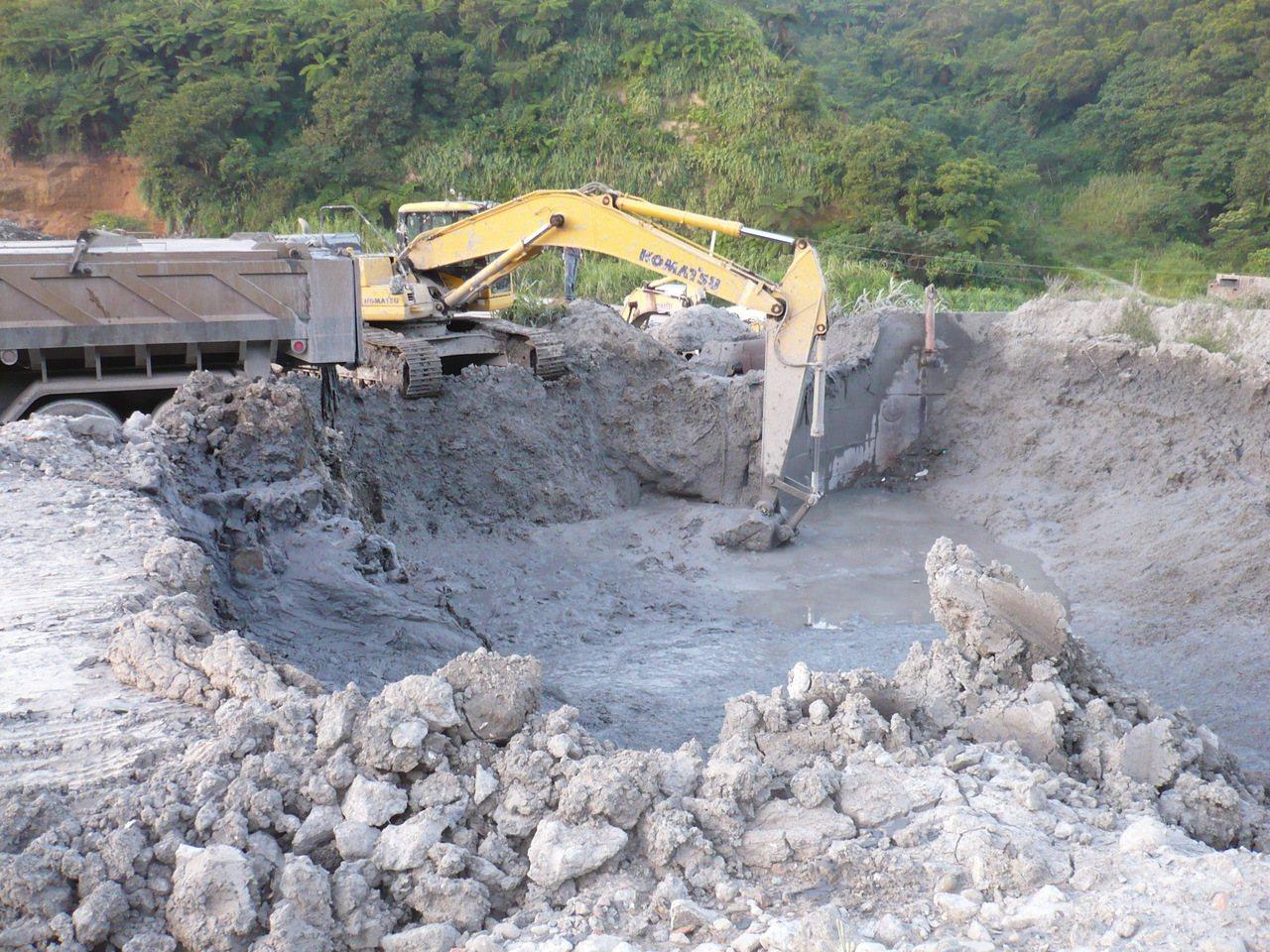 調查局接獲檢舉,指新竹縣芎林鄉一家土資場協助特定營造商任意亂倒廢土,嚴重破壞水土...