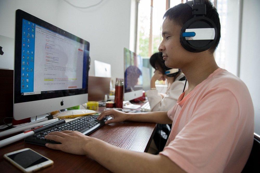 馮家亮是大陸首位視障雲客服,他能同時在線服務四名客戶。圖/阿里巴巴