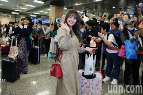 赴日打拼四年的馬嘉伶今天率領日本人氣女團AKB48一行16人抵台,明晚將在台北小巨蛋開唱,這是AKB48出道以來,在台規模最盛大的活動。AKB48一行16人傍晚步出松山機場時受到大批粉絲熱情接機。