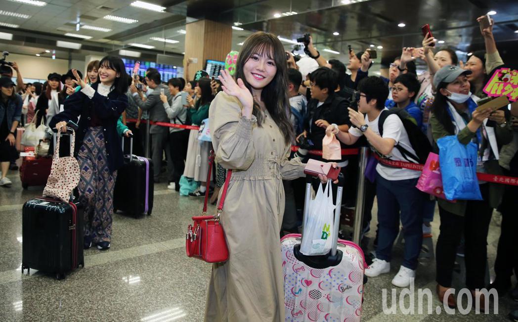 AKB48一行16人傍晚抵台時受到大批粉絲熱情接機。記者徐兆玄/攝影
