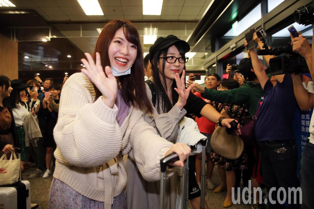 赴日打拼四年的馬嘉伶(左)今天率領日本人氣女團AKB48一行16人抵台。記者徐兆...