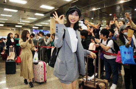 AKB48周末首度在台北開唱, 18日16名演出成員一起抵台,近400名粉絲大陣仗準備應援旗幟,上面印著「歡迎來到珍奶國度」等可愛標語,第一時間熱情歡迎偶像。雖然不少粉絲手上都準備了伴手禮,但大家看...