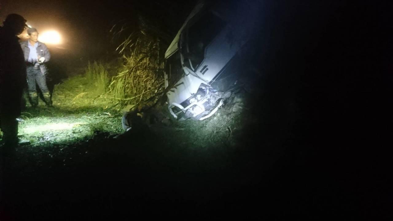 花蓮萬榮林道今天下午傳出人車墜谷,駕駛死亡的意外。圖/花蓮縣消防局提供