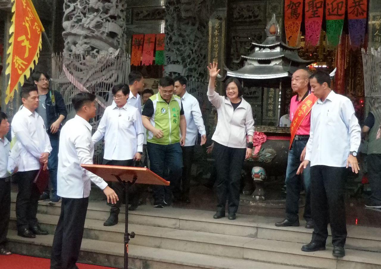 總統蔡英文拜廟後,向廣場前的支持者揮手招呼。記者林保光/攝影