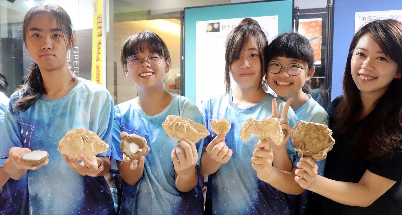 民族國中學生自己動手做化石,覺得超酷。記者徐如宜/攝影
