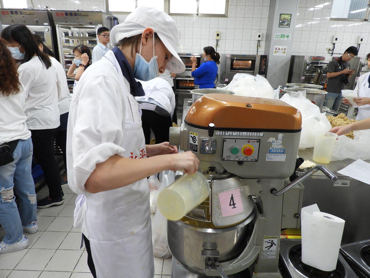 永平工商認同善舉,一口答應提供烘焙設備,及免費借用兩天烘焙教室,還請來烘焙科的學...