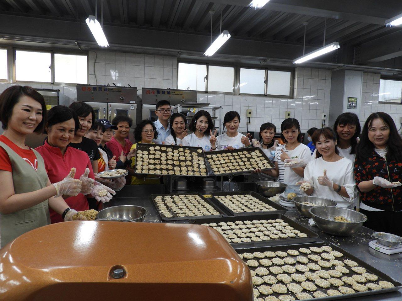 平鎮區議員舒翠玲策劃,由女青姐妹們製作巧克力燕麥餅乾義賣,為清寒學子籌措課後輔導...