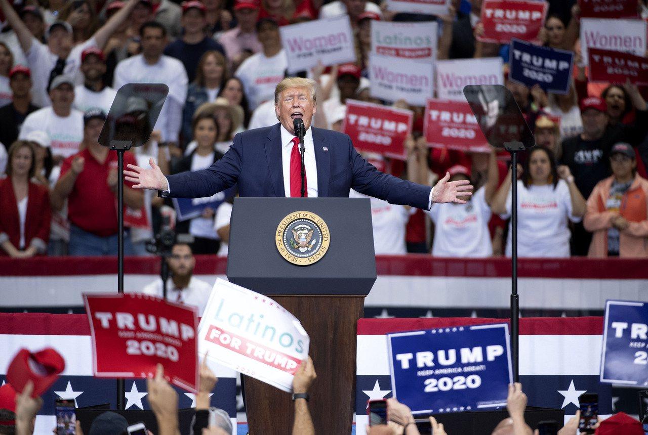 美國總統川普17日在德州達拉斯的造勢大會上演說。美聯社