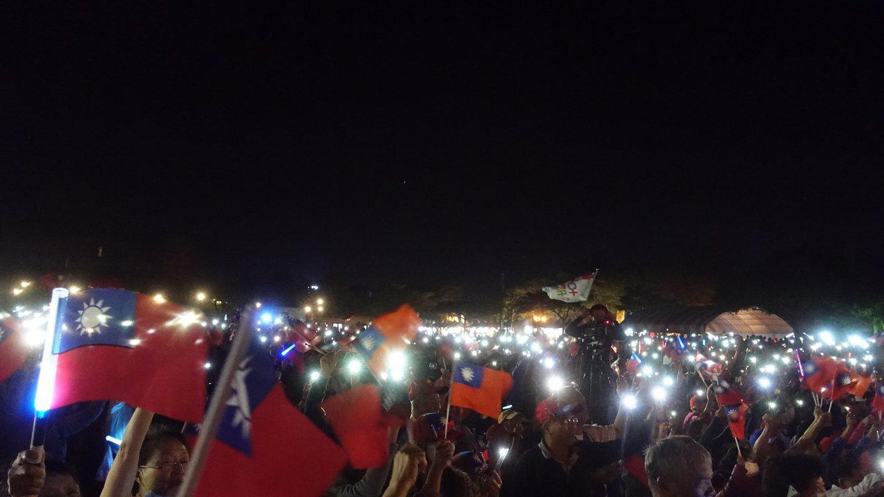 李佳芬晚間七點五十五分與現場民眾視訊連線,現場支持的韓粉們,以手機燈海呼應。記者...