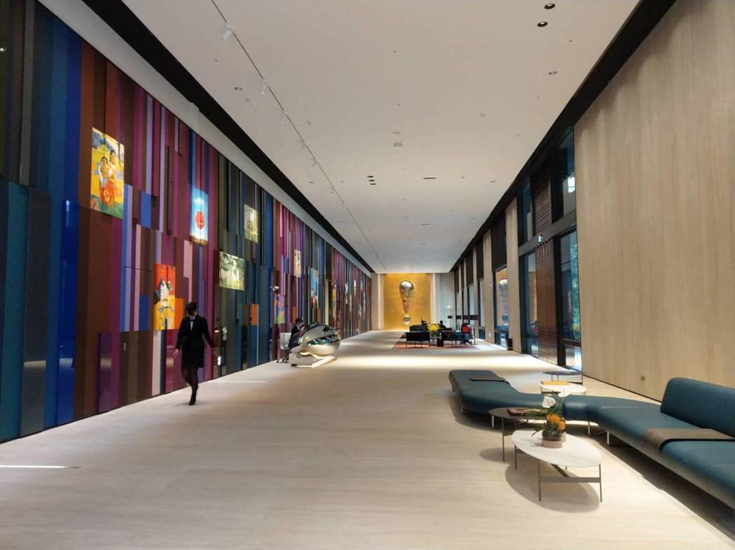 「美術皇居」在美術館特區一樓挑高十餘公尺。記者謝梅芬/攝影
