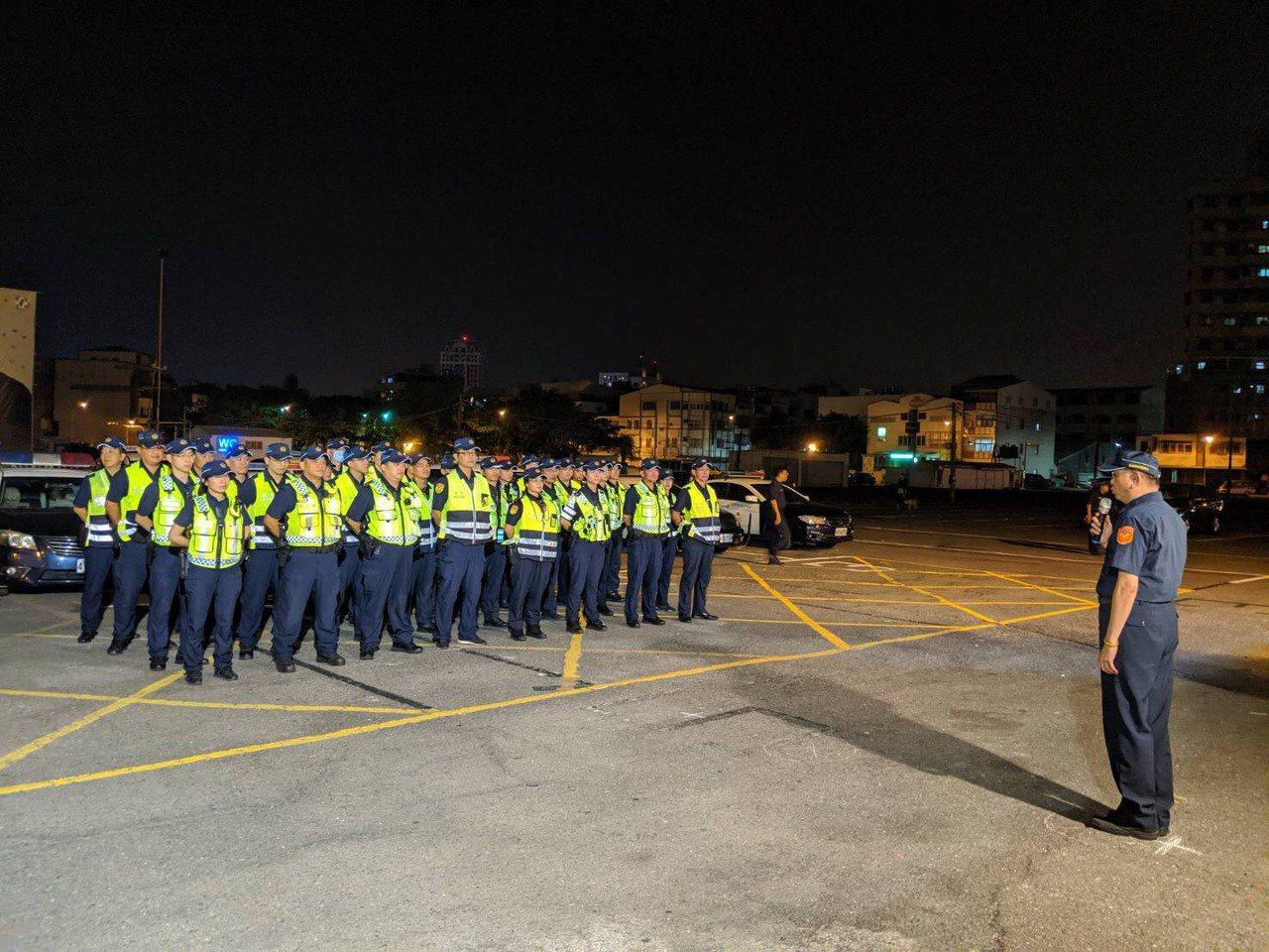 台南市警二分局為遏止酒駕行為及宣示執法決心,今天晚上在轄區武聖路「武聖夜市」廣場...